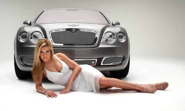 Реклама машины с девушкой