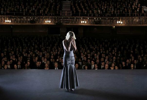 Девушка на сцене